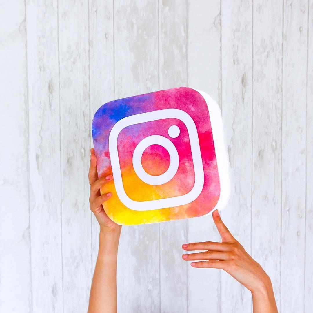 instagram-logo-hands